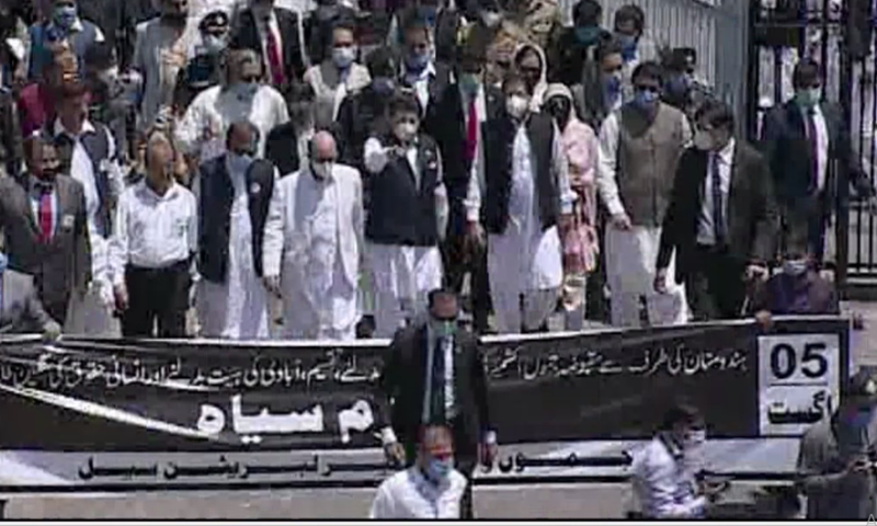 وزیراعظم عمران خان مظفرآباد میں ریلی میں شریک ہوئے—تصویر: ڈان نیوز
