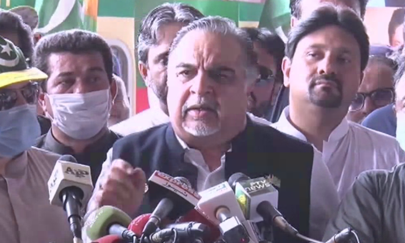 Sindh Governor Imran Ismail addressing media at Cantt Station Karachi. — DawnNewsTV