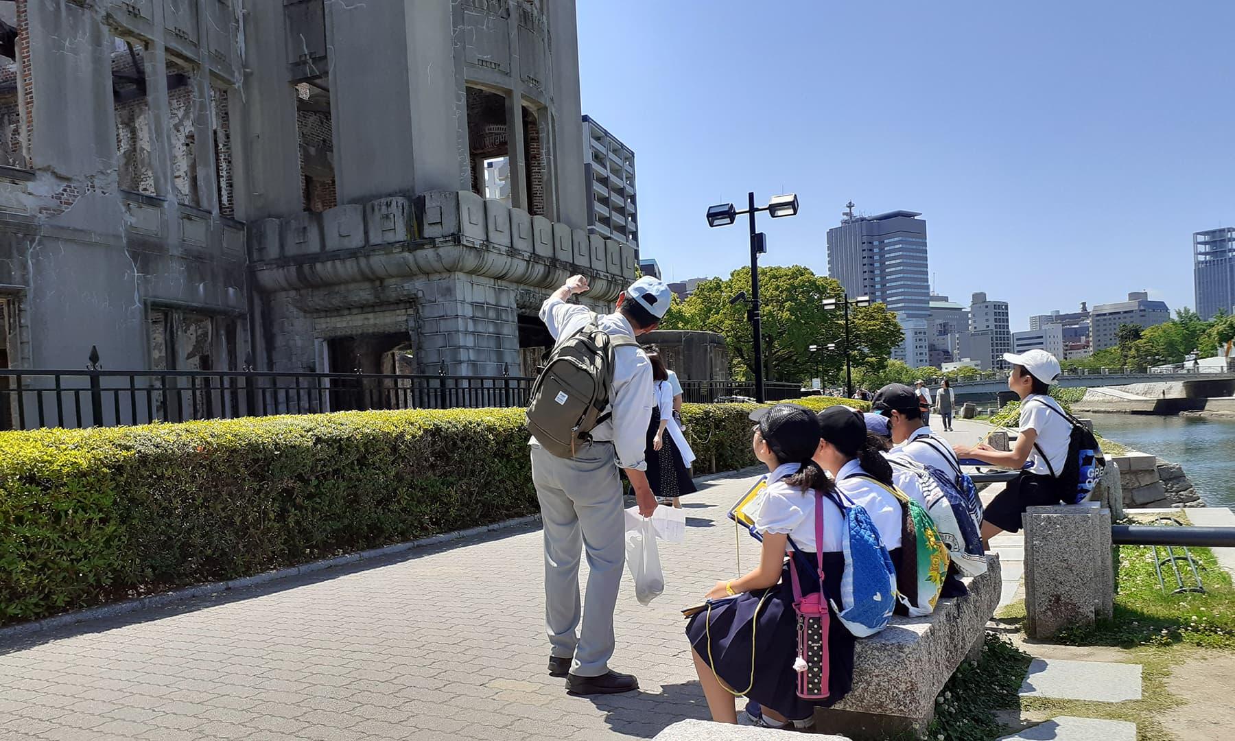 پرائمری اور ہائی کلاس کے بچوں کو میوزیم کا دورہ کرایا جاتا ہے تاکہ وہ جدید دنیا کا شعور حاصل کرنے کے ساتھ اپنی تاریخ اور قومی سانحہ سے واقف ہوسکیں