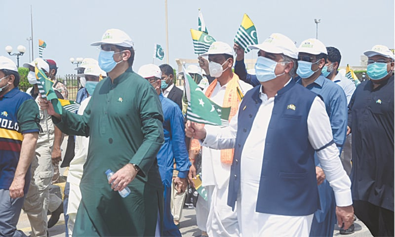 SINDH Chief Minister Murad Ali Shah and Governor Imran Ismail lead a pro-Kashmir rally at Seaview on Wednesday.—Shakil Adil/White Star