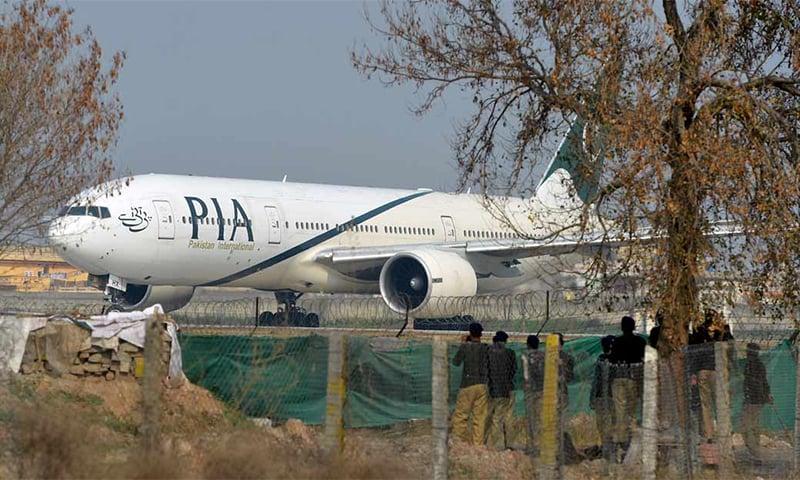 کورونا وائرس کا پھیلاؤ روکنے کے لیے اندرون ملک پروازوں پر پابندی عائد کردی گئی تھی — فائل فوٹو: اے ایف پی