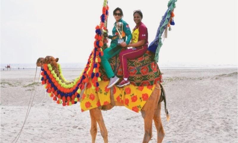 ویسٹ انڈینز کرکٹر مریسا اگیلیرا اور پاکستانی کرکٹر بسمہ معروف کراچی کے ساحل پر تفریح کرتے ہوئے—فائل فوٹو: ڈان
