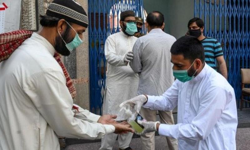 پاکستان میں کیسز کی یومیہ تعداد میں کمی ہوئی ہے—فائل فوٹو: اے ایف پی