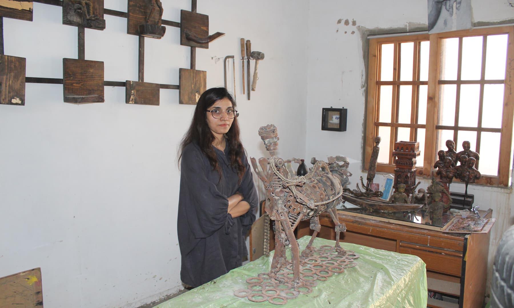 خوشی حسین حیدرآباد میں اپنے آرٹ اسٹوڈیو کے ساتھ ایک آرٹ شاپ بھی چلارہی ہیں