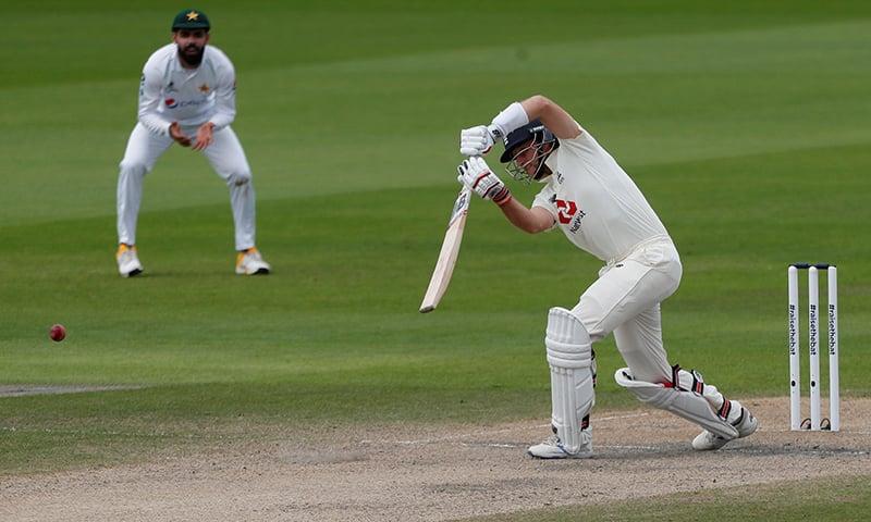 انگلینڈ کے کپتان جو روٹ کا خوبصور کور ڈرائیو کھیلتے ہوئے ایک انداز— فوٹو: اے ایف پی