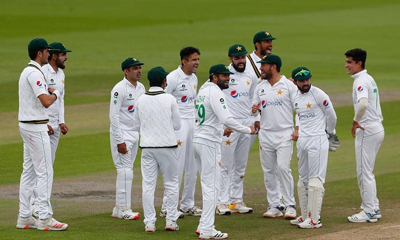 ریویو پر رورے برنز کی وکٹ کی تصدیق کے بعد پاکستانی کھلاڑی خوشی کا اظہار کر رہے ہیں— فوٹو: اے پی