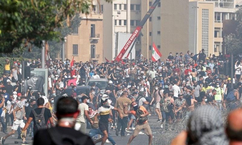 لبنان: مشتعل مظاہرین کا سرکاری دفاتر پر دھاوا، پولیس کے ساتھ جھڑپیں