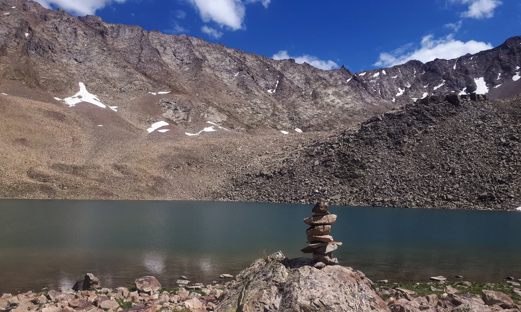 جھیل کا نیلگوں پانی