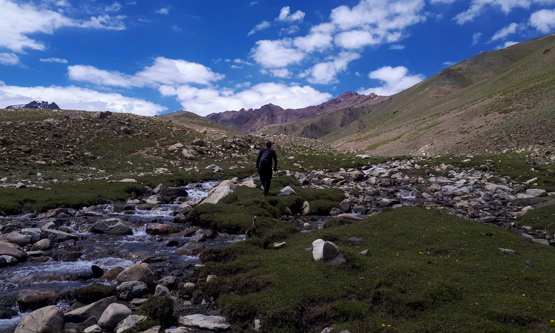 جھیل سے قبل آنے والے چھوٹے چھوٹے پتھروں کی وجہ سے راستہ دشوار گزار بن جاتا ہے