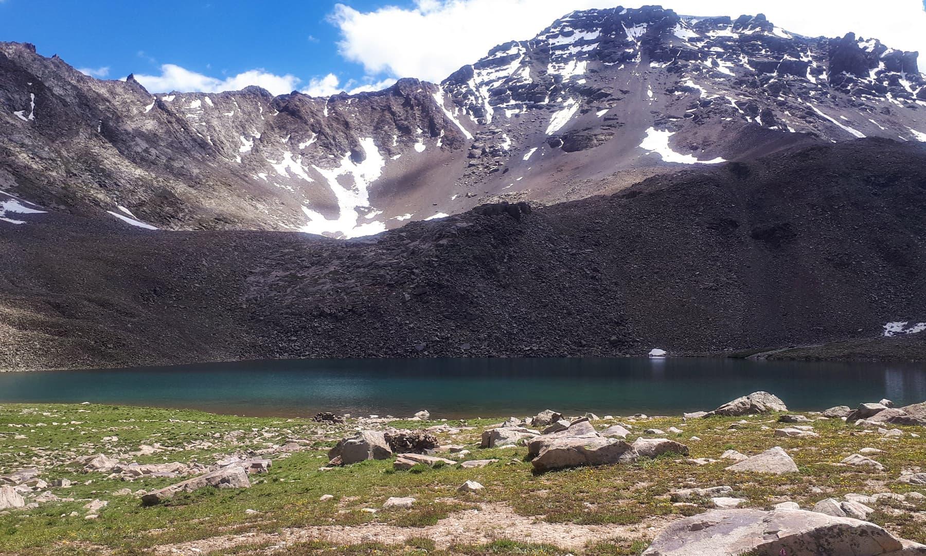 دیوسائی کے پہاڑ اور بیچ میں موجود خوبصورت کوشک تھنگ جھیل
