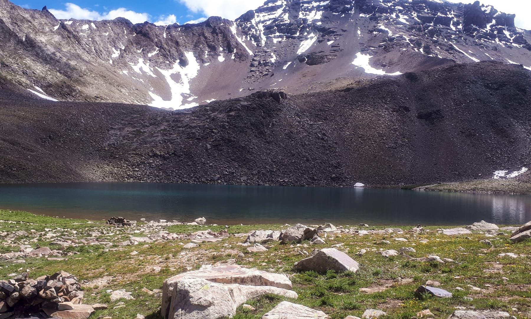 جھیل، برف اور پہاڑ