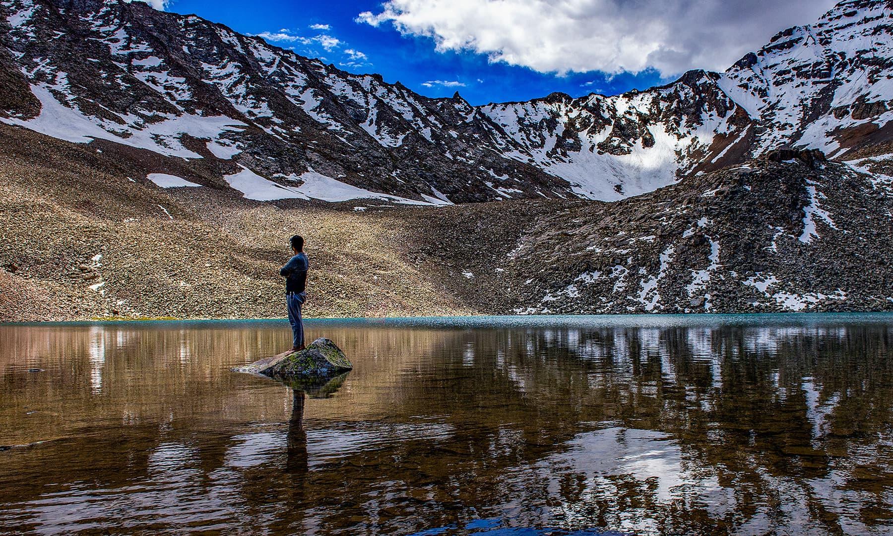 جھیل کا پُرسکون ماحول اس کے حُسن میں مزید اضافہ کردیتا ہے— تصویر قمر وزیر