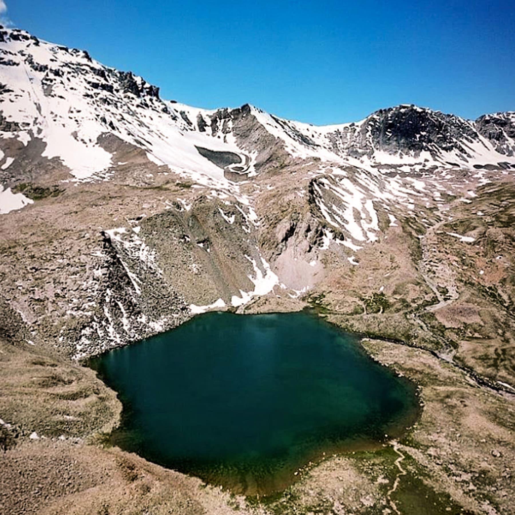 گوگل ارتھ کے مطابق جھیل کی اونچائی 14 ہزار 400 فٹ ہے جو اسے پاکستان کی دوسری بلند ترین کرومبر جھیل سے بھی اونچائی پر واقع جھیل بنا دیتی ہے—تصویر قمر وزیر