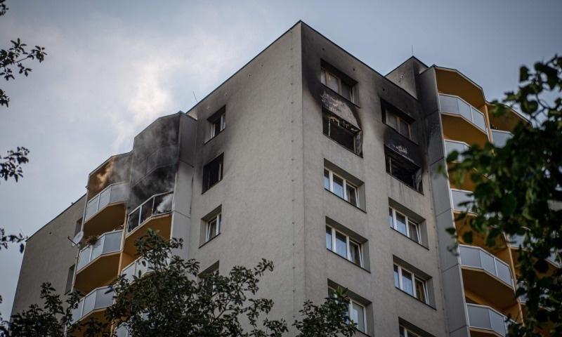 آگ اپارٹمنٹس کی 11ویں منزل میں لگی، ترجمان مقامی فائر فائٹرز — فوٹو: اے ایف پی
