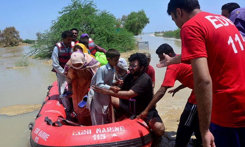 ڑی تعداد میں سیلاب زدہ علاقوں میں پھنسنے والے افراد کو ریسکیو کیا گیا—تصویر: اے پی