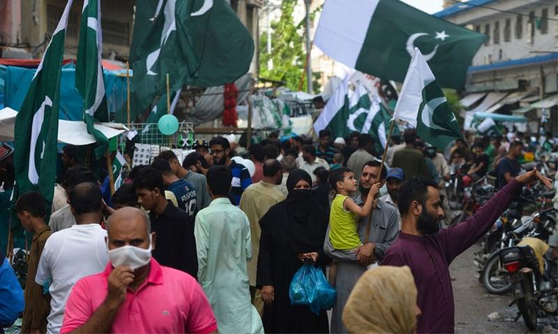 پاکستان میں کورونا کیسز میں کمی کے باعث مارکیٹوں میں لوگوں کی بڑی تعداد موجود ہے—فوٹو: اے ایف پی