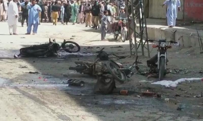 چمن کے مال روڈ پر دھماکے کے بعد کا ایک منظر— فوٹو: ڈان نیوز