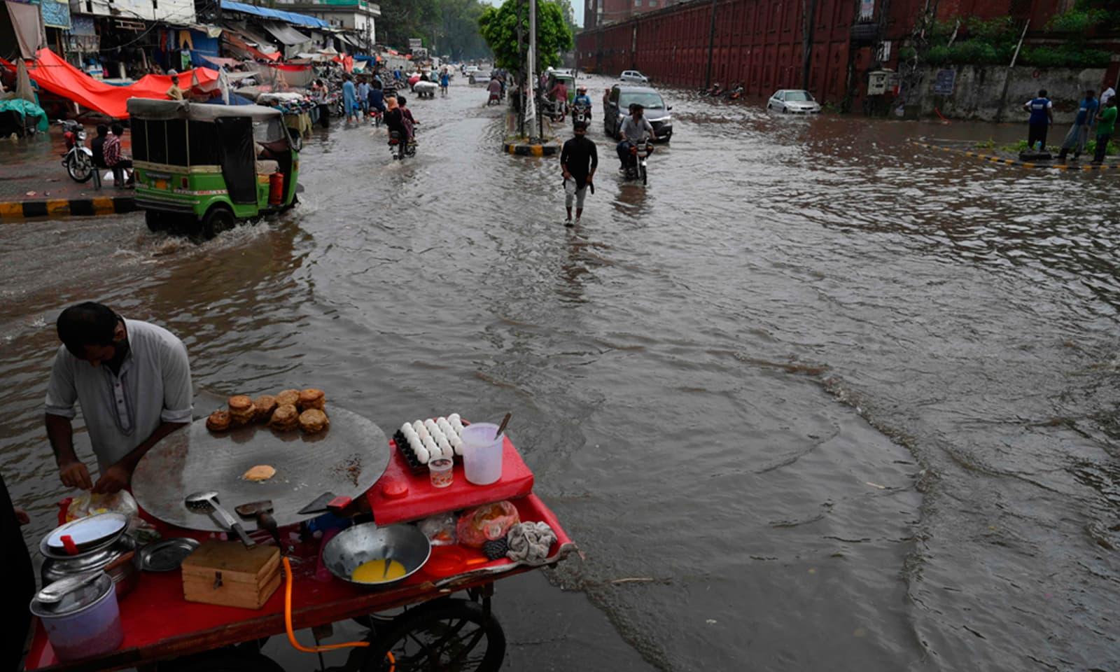 شدید بارشوں کے باعث لاہور کے مختلف علاقے  بھی زیرآب آگئے— فوٹو: اے ایف پی