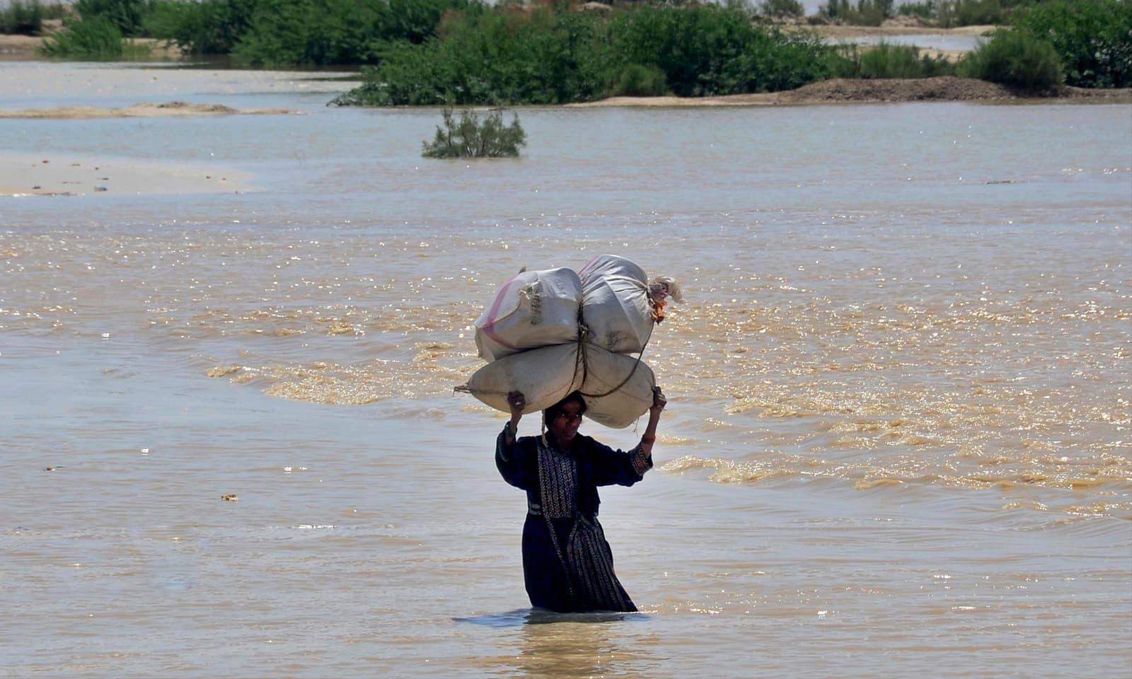 موسلا دھار بارشوں کے نتیجے میں سندھ اور بلوچستان کے مختلف اضلاع سیلاب سے متاثر ہوگئے —فوٹو: اے پی