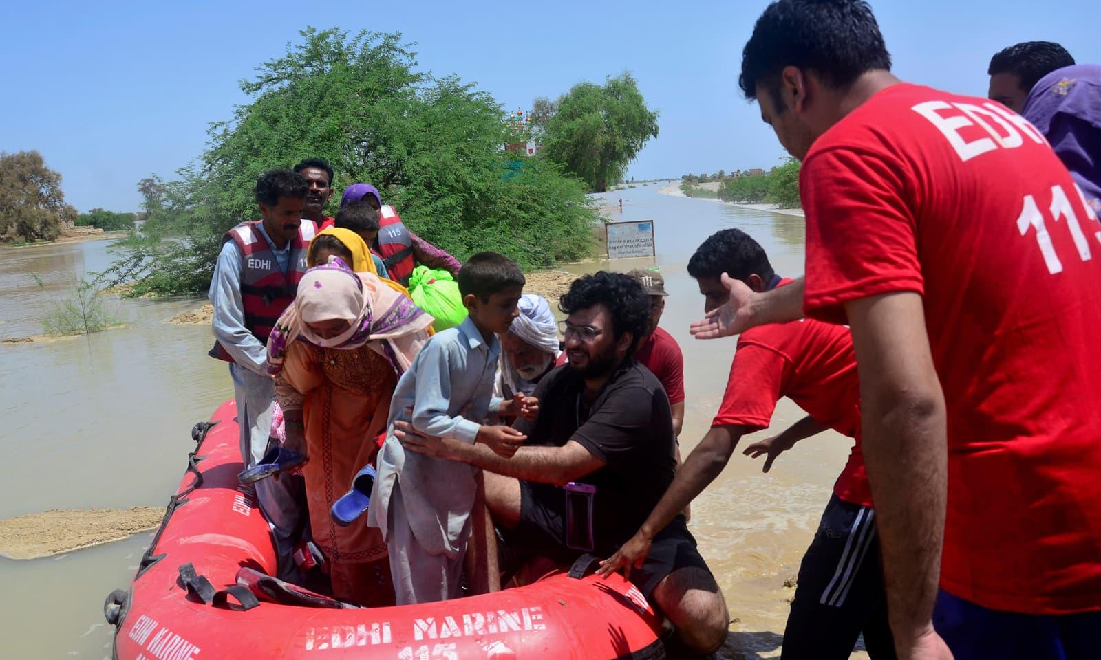 ریسکیو ورکرز نے بھی سیلاب سے متاثرہ علاقوں میں امدادی کارروائیوں میں حصہ لیا—فوٹو: اے پی