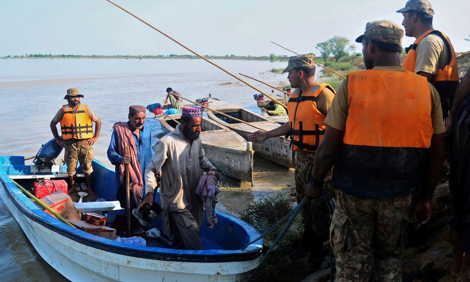 پاک فوج کے جوان سیلاب سے متاثر علاقوں کے رہائشیوں کومحفوظ مقامات پر پہنچانے میں مصروف ہیں—فوٹو: اے پی
