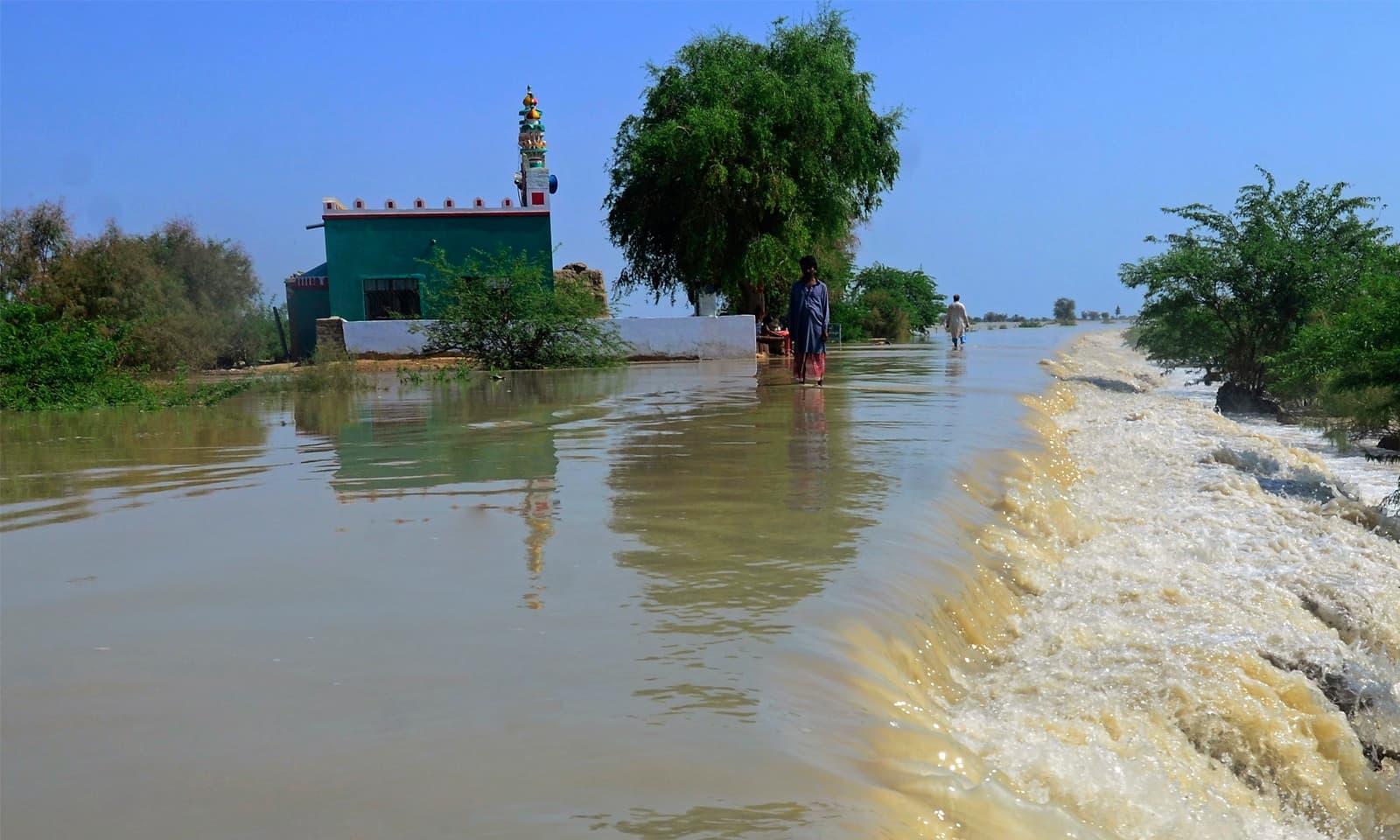 سندھ میں مسلسل موسلا دھار بارشوں سے نئی گج ڈیم کا بند ٹوٹ گیا —فوٹو: اے پی
