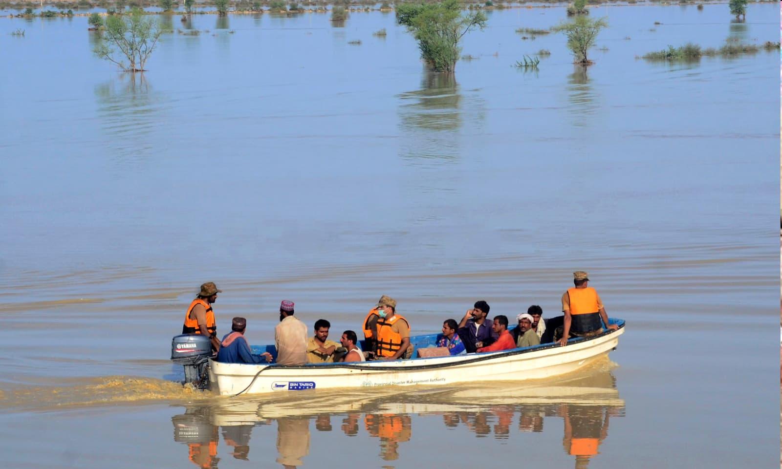 دادو میں سیلاب سے متاثرہ علاقوں میں پاک فوج امدادی کارروائیوں میں مصروف ہے— فوٹو: اے پی
