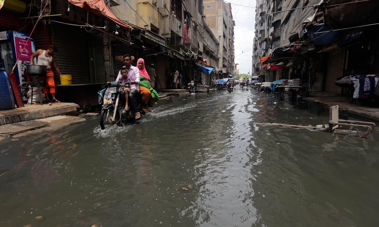 بارشوں کے باعث کراچی کے عوام بھی مشکلات کا شکار ہیں  فوٹو: اے پی—