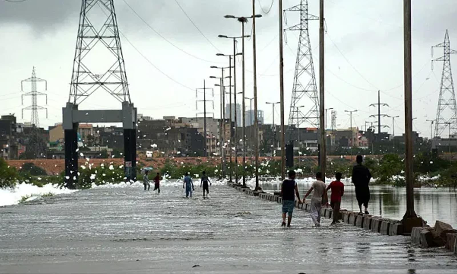 کورنگی کاز وے سے سیلابی ریلا گزررہا ہے—فوٹو: اے  پی پی