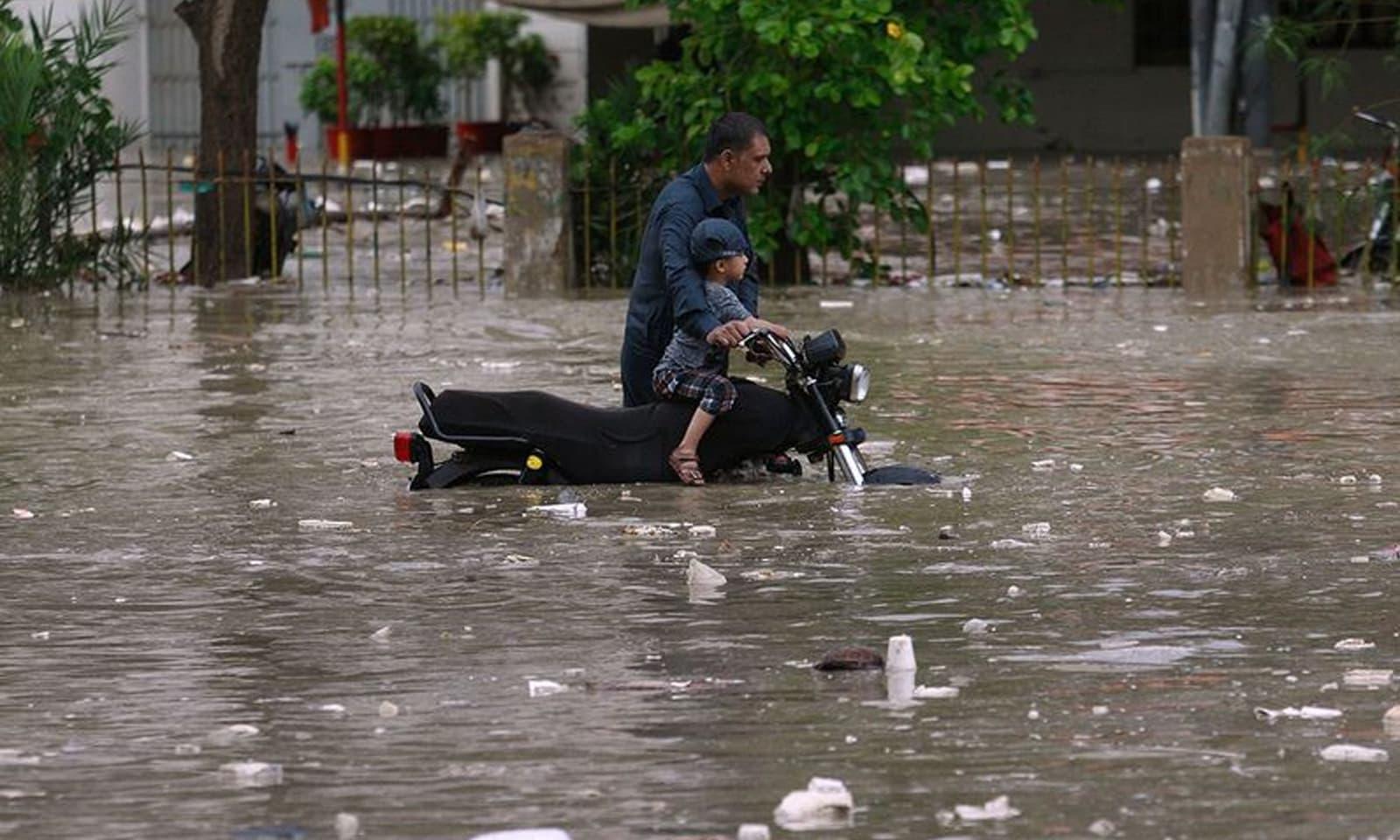 بارشوں کے باعث مختلف شہروں میں سیلابی صورتحال پیدا ہوگئی ہے — فوٹو: اے پی