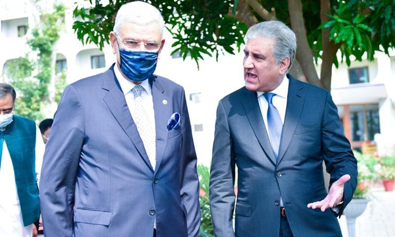 اقوام متحدہ کی جنرل اسمبلی کے منتخب صدر وولکان بوزکر کی وزارت خارجہ آمد پر وزیر خارجہ شاہ محمود قریشی ان سے تبادلہ خیال کر رہے ہیں— فوٹو بشکریہ نوید صدیقی