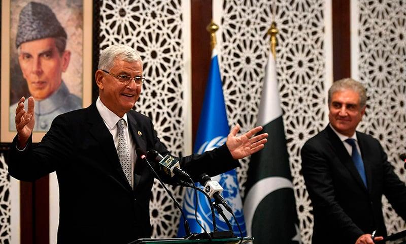 اقوام متحدہ کی جنرل اسمبلی کے منتخب صدر وولکان بوزکر وزیر خارجہ شاہ محمود قریشی کے ہمراہ پریس کانفرنس سے خطاب کر رہے ہیں— فوٹو: اے ایف پی