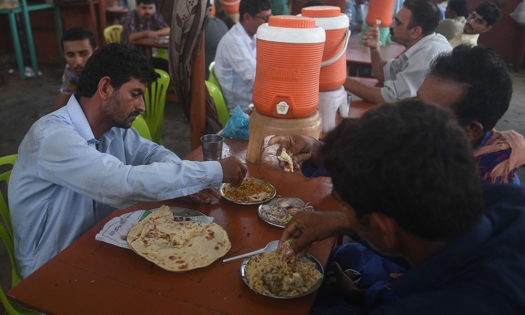 کراچی کی عوام کا چائے کے ڈحابے پر رش۔ فوٹو: اے ایف پی