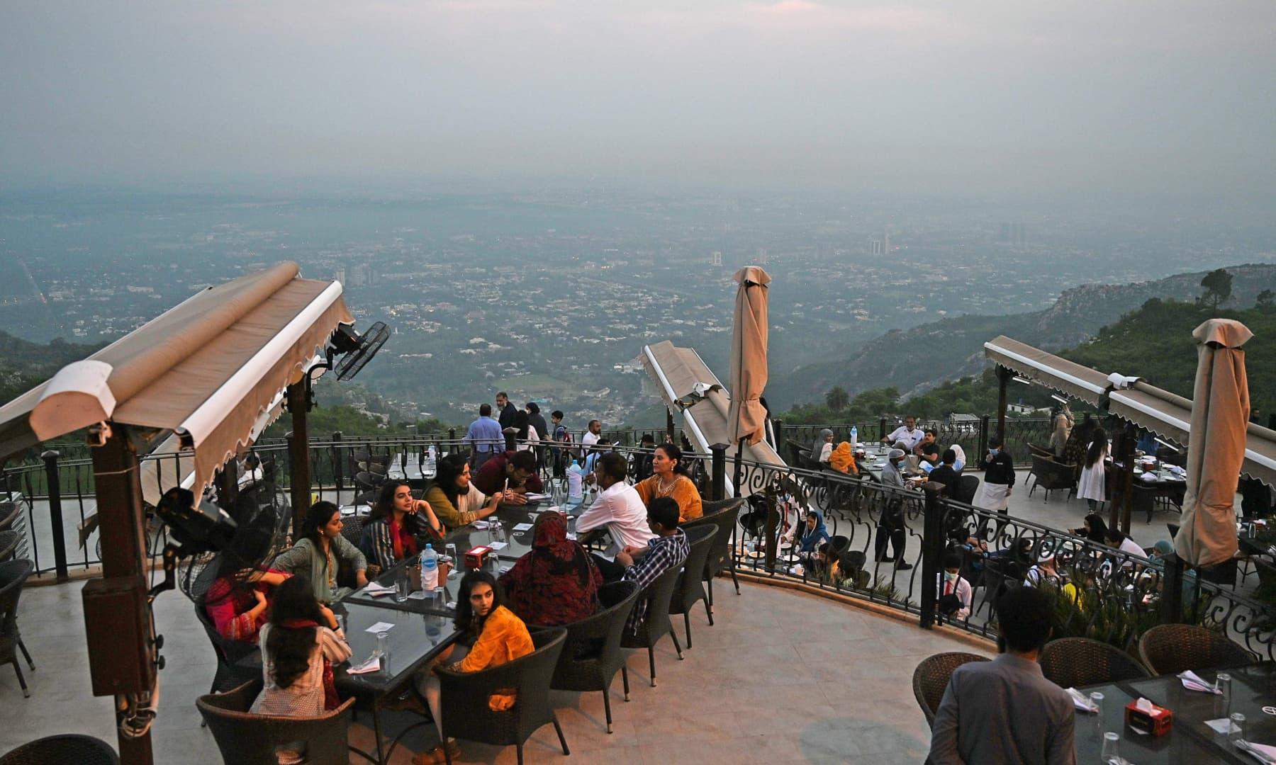 عوام اسلام آباد میں قائم رییسٹورانٹ میں کھانے کا انتظار کر رہے ہیں۔ فوٹو:اے ایف پی