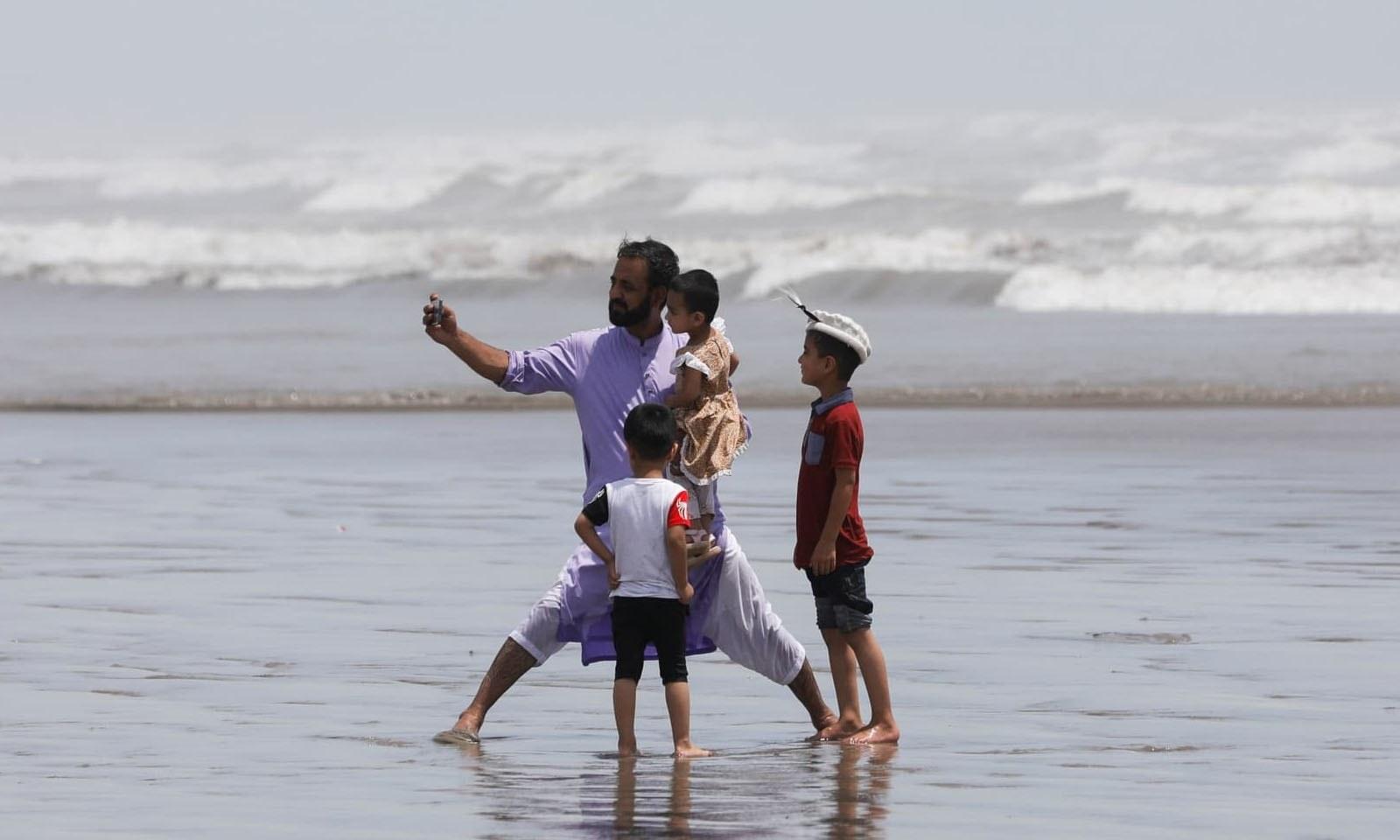 بعض شہریوں نے تفریح کے لیے کلفٹن ساحل کا رخ کیا—فوٹو: رائٹرز