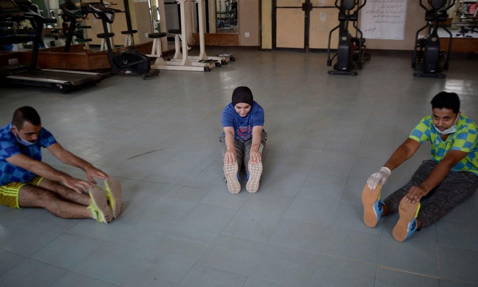 پشاور کے ایک جم میں ایتھلیٹ ورزش کر رہے ہیں — فوٹو: اے پی
