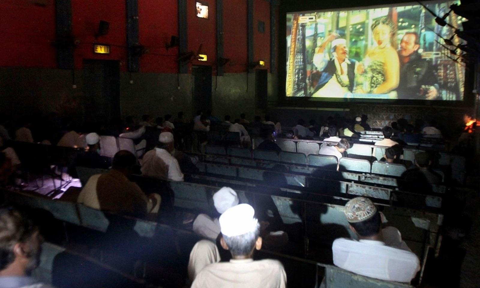 پشاور کے سنیما گھر میں شہری فلم دیکھ رہے ہیں—فوٹو: اے پی