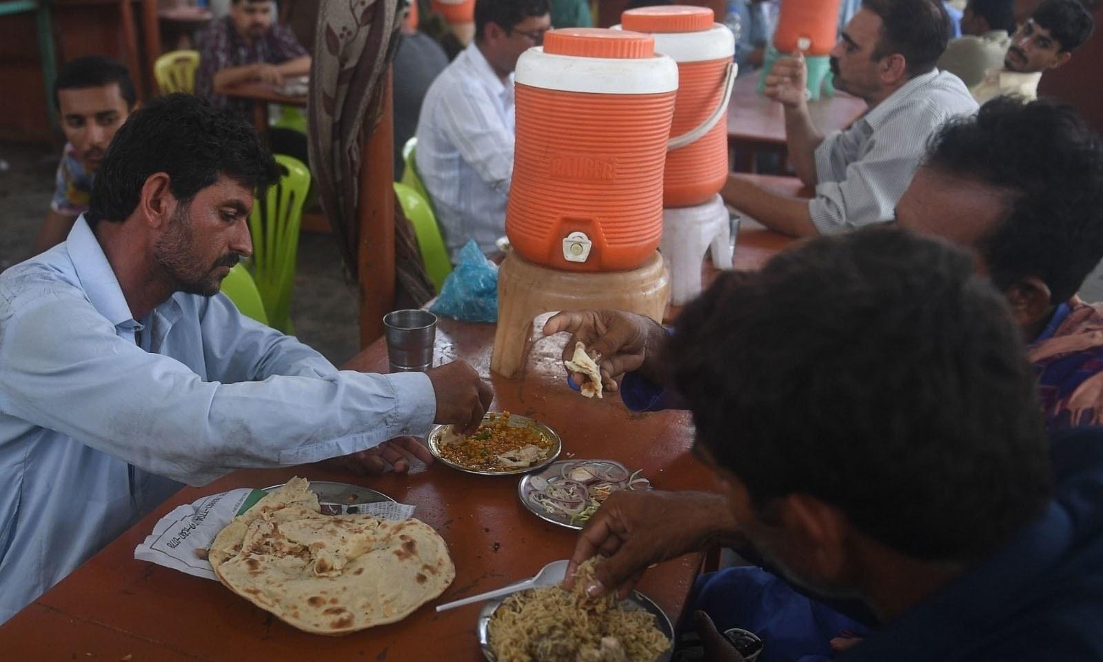 کراچی کے متعدد مقامات پر سماجی فاصلہ برقرار نہیں رکھا گیا — فوٹو: اے ایف پی