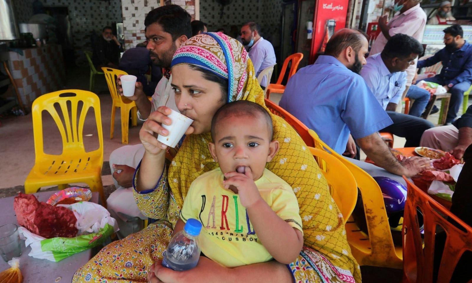 کورونا وائرس پاکستان میں بھی 2 لاکھ 85 ہزار 16 لوگوں کو متاثر کرچکا ہے— فوٹو: اے پی