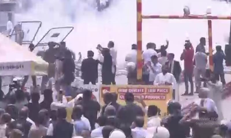 ہنگامہ آرائی کے وقت پولیس نے آنسو گیس کے شیل فائر کیے—تصویر: ڈان نیوز