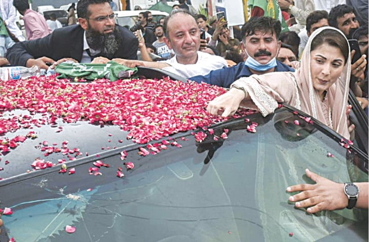 PAKISTAN Muslim League-N leader Maryam Nawaz points to the damaged portion of her vehicle's windscreen after the fracas in front of the NAB office on Tuesday. — White Star