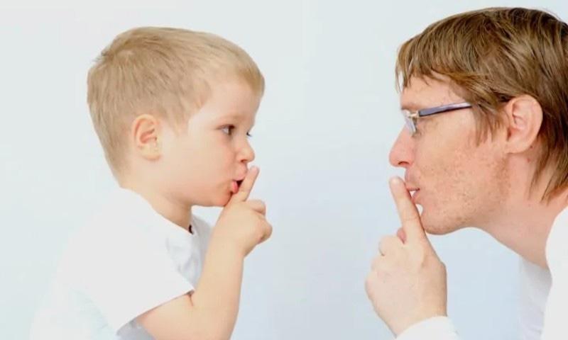 والد کا شفقت بھرا نرم رویہ بچوں کی نشو و نما کا اہم ستون ہے—فوٹو: پیرنٹنگ فار برین