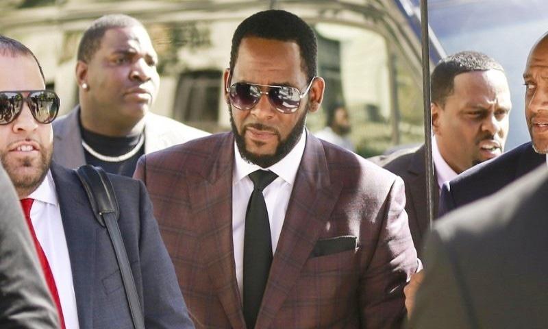 آر کیلی جنسی جرائم کیس، گلوکار کے تین دوستوں پر متاثرین کو دھمکانے کا الزام