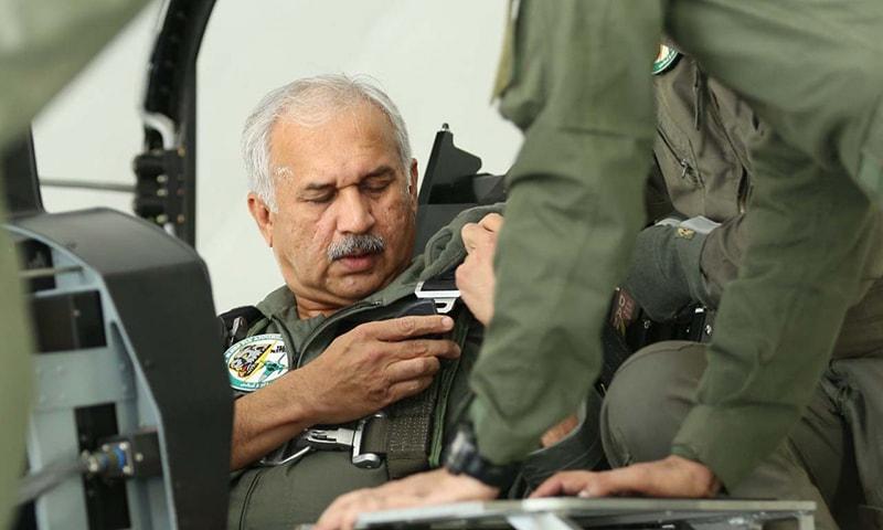 پاک فضائیہ کے سربراہ نے خود جے ایف 17 تھڈر ڈوئیل سیٹ ایئر کرافٹ کے آپریشنل ٹریننگ مشن میں حصہ لیا— فوٹو بشکریہ نوید صدیقی