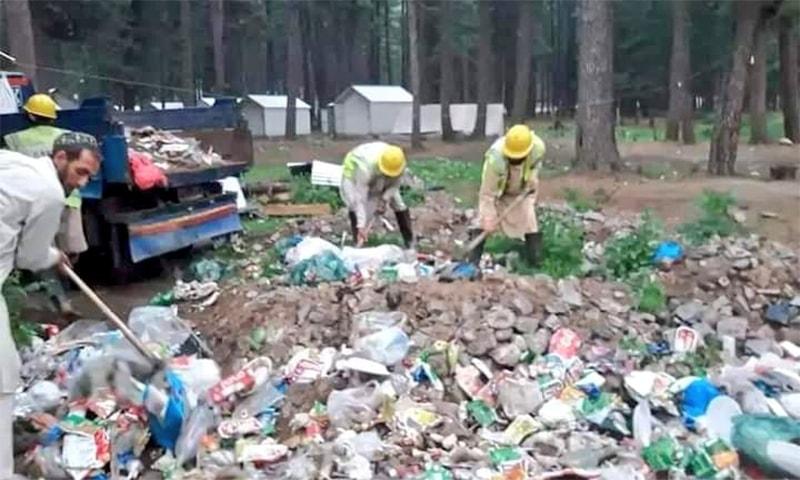 کمراٹ میں سیاحوں کی جانب سے پھیلایا جانے والا کچرا صاف کیا جارہا ہے—فوٹو: سوشل میڈیا