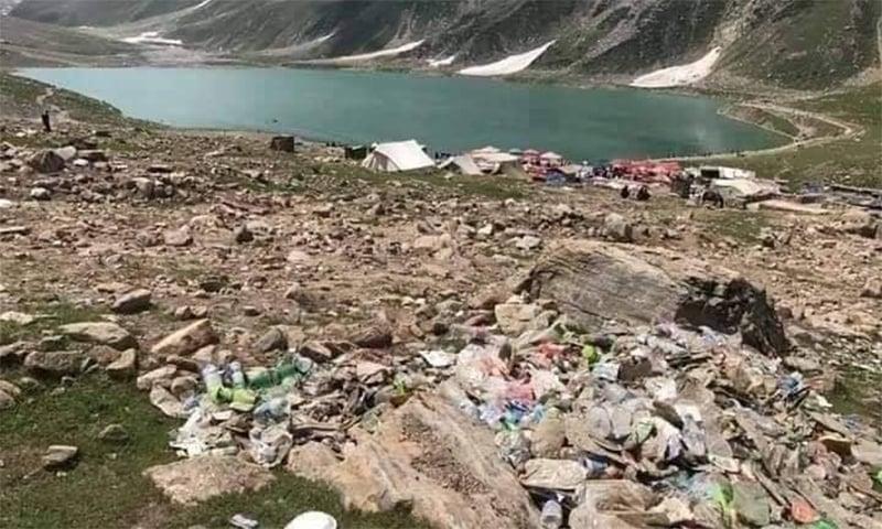 جھیل سیف الملوک کسی کچرا کنڈی کا منظر پیش کررہی ہے—فوٹو: سوشل میڈیا
