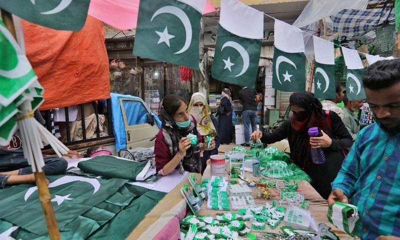 ملک بھر میں سخت احتیاطی تدابیر کے ساتھ جشن آزادی منایا جا رہا ہے—فوٹو: اے پی