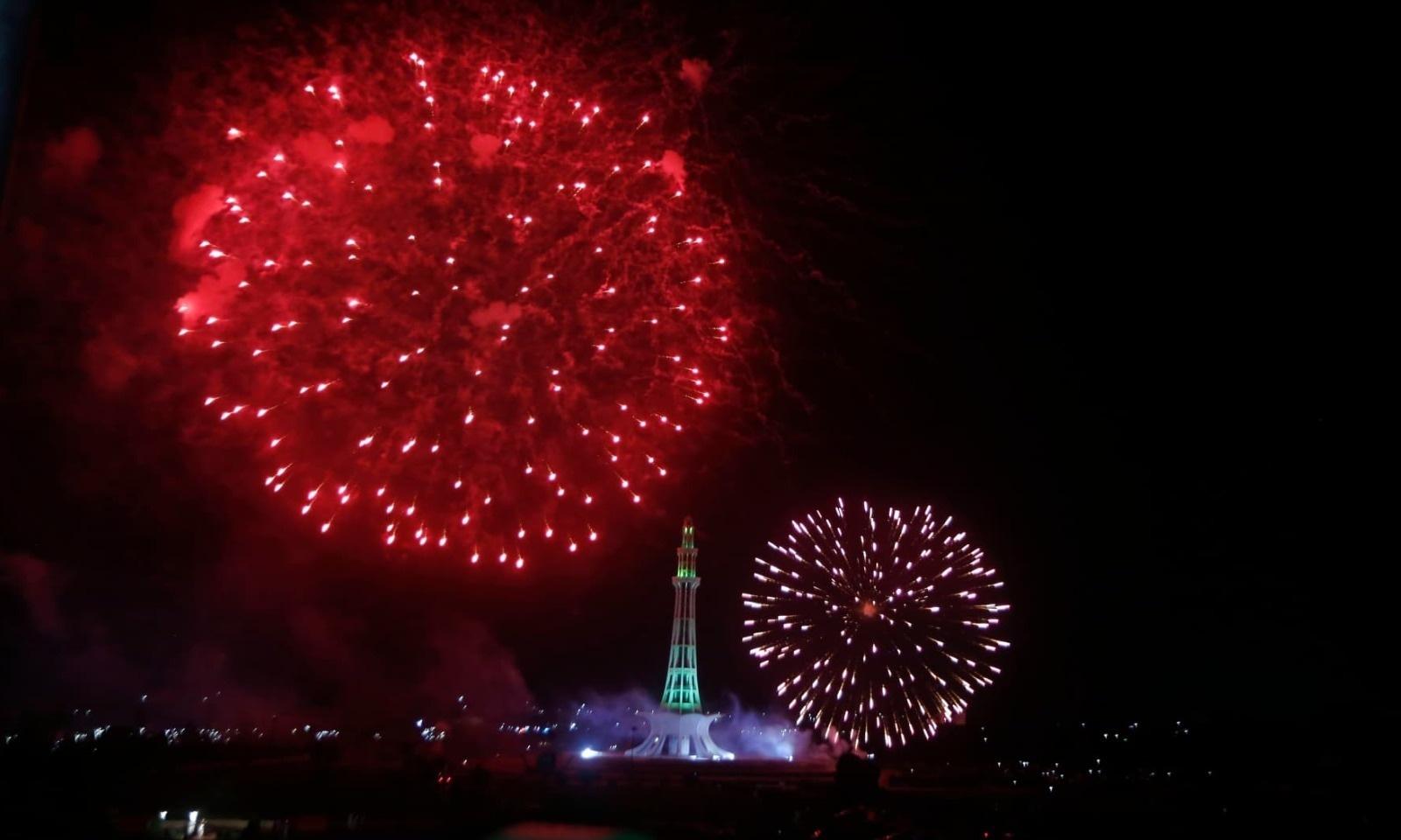 مینار پاکستان لاہور میں یوم آزادی کی خوشی میں آتش بازی کی جارہی ہے — فوٹو: اے پی