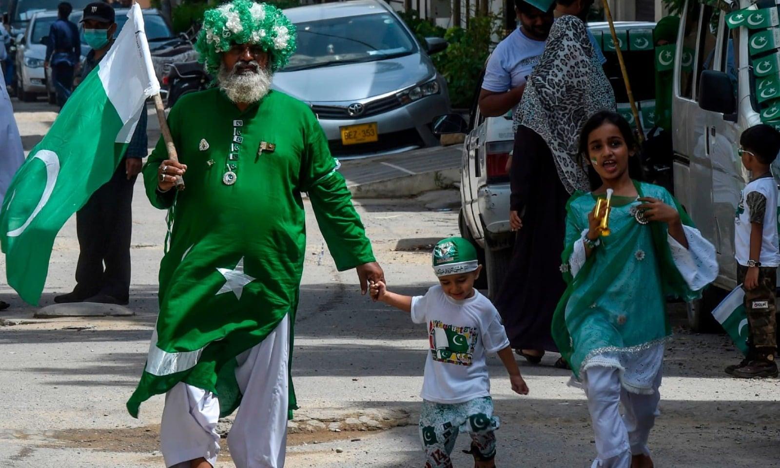 یوم آزادی کے موقع بچوں اور بڑوں سب کی خوشی دیدنی نظر آئی — فوٹو: اے ایف پی