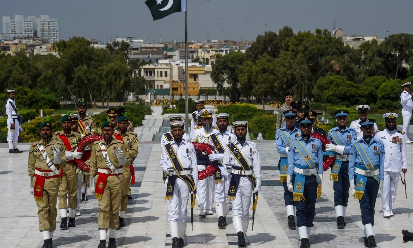 کراچی میں مزار قائد پر گارڈ کی تبدیلی کی پروقار تقریب منعقد ہوئی — فوٹو: اے ایف پی